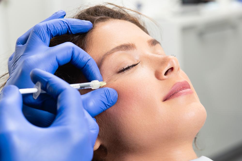 【ヒアルロン酸注射】鼻やあごのプチ整形が人気!効果や痛みは?